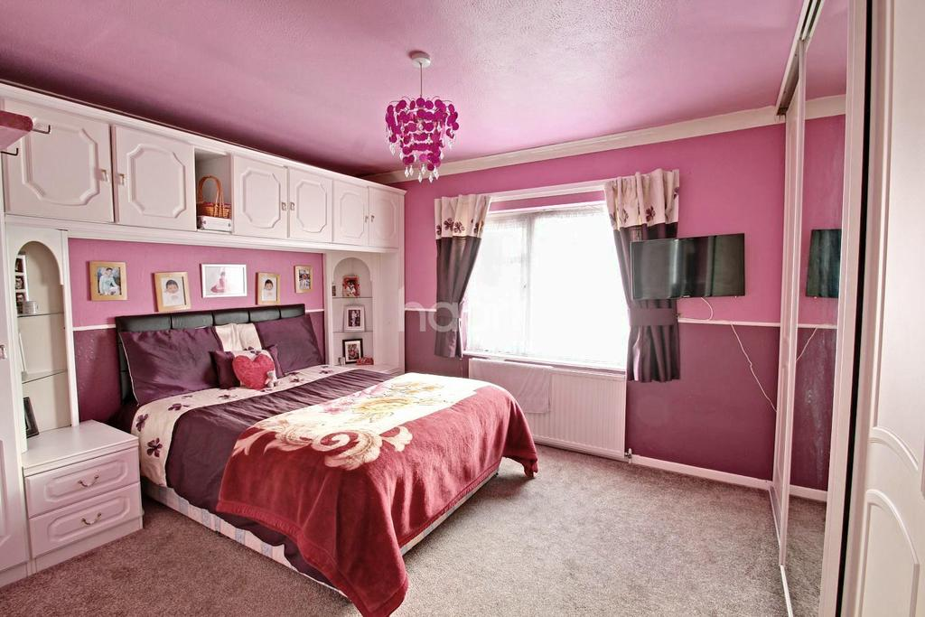 3 Bedrooms Semi Detached House for sale in Armadale Drive, Netherhall, Leicester