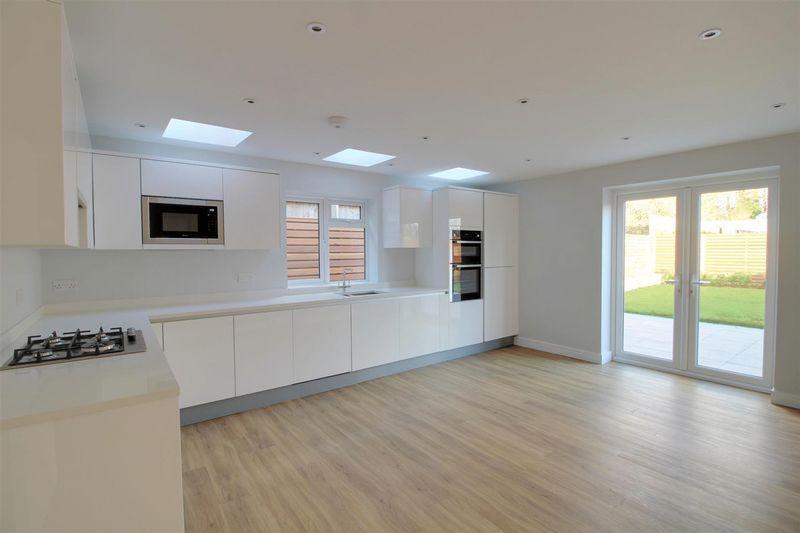 4 Bedrooms Detached Bungalow for sale in Brownlow Road, East Croydon