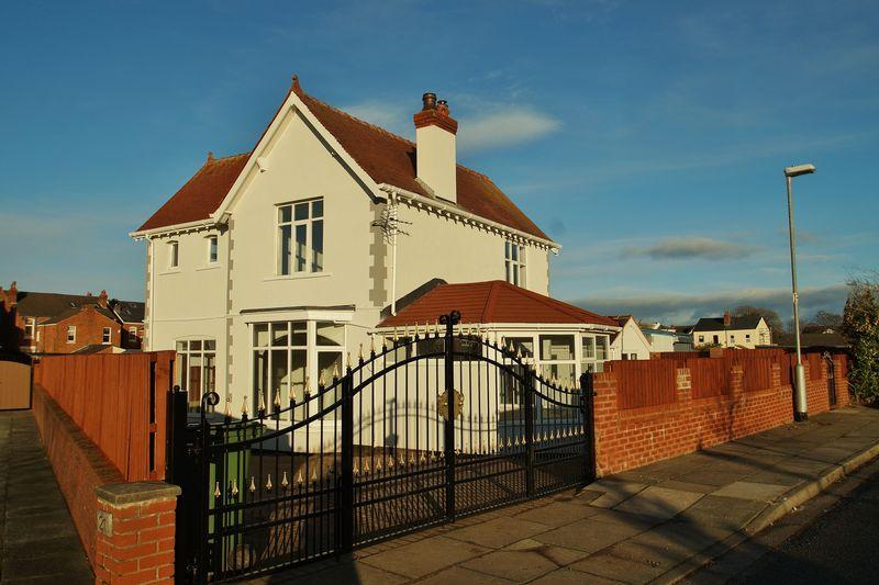 5 Bedrooms Detached House for sale in Clive Lodge, Birkdale