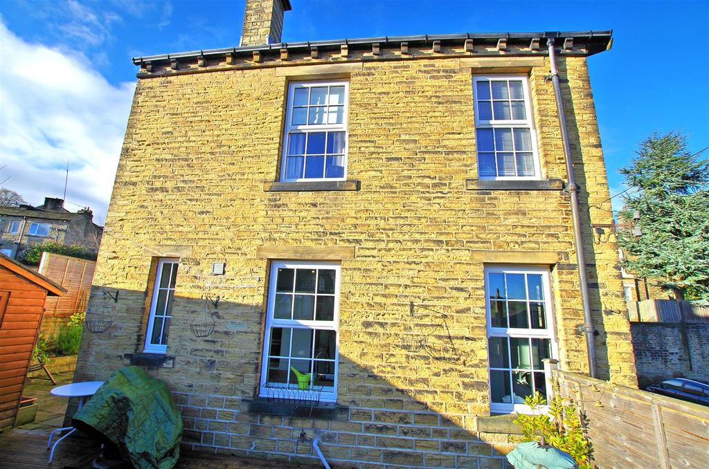 4 Bedrooms Detached House for sale in Chapel Close, Holywell Green, Halifax
