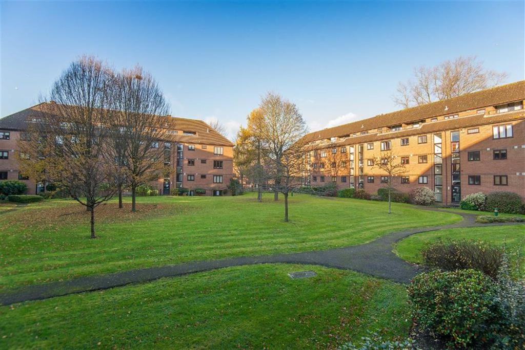 2 Bedrooms Apartment Flat for sale in The Forresters, Pinner, Middlesex