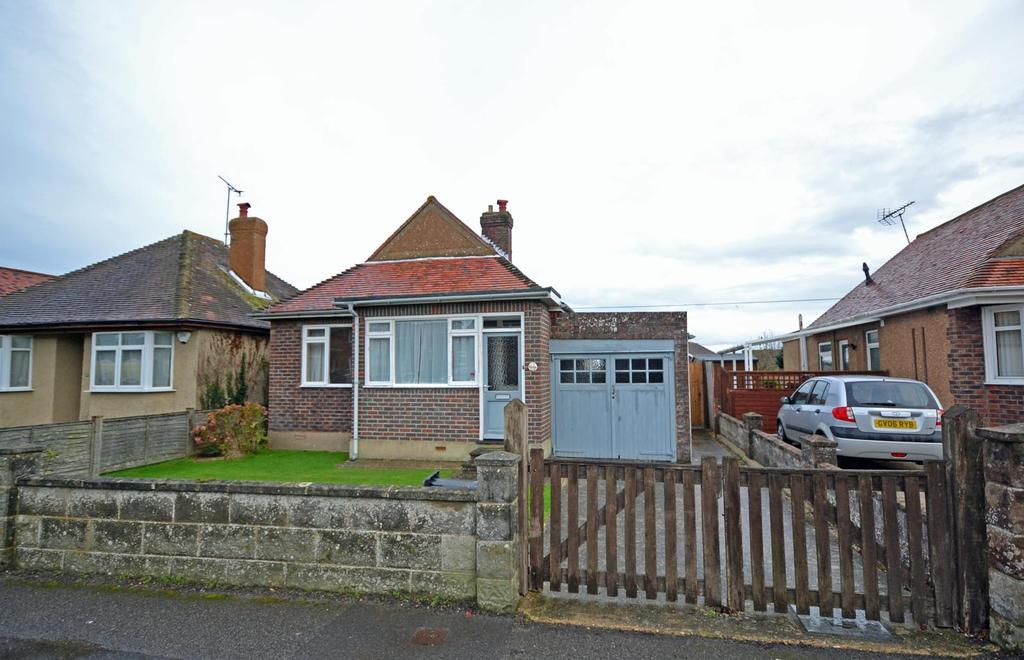 3 Bedrooms Detached Bungalow for sale in Manor Lane, Selsey, PO20