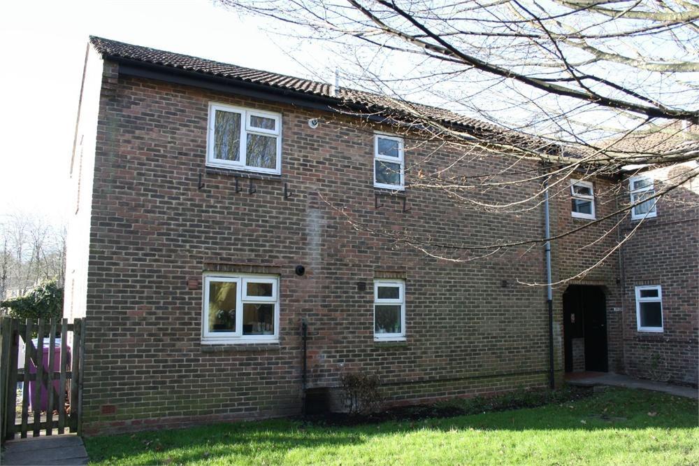 2 Bedrooms Flat for sale in Heron Wood Road, Aldershot, Hampshire