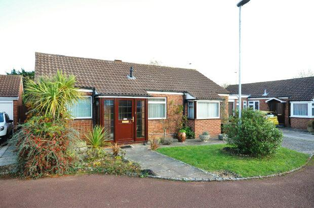 3 Bedrooms Detached Bungalow for sale in Mace Close, Earley, Reading