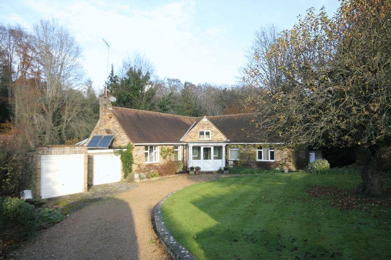 3 Bedrooms Detached Bungalow for sale in GIVONS GROVE, LEATHERHEAD