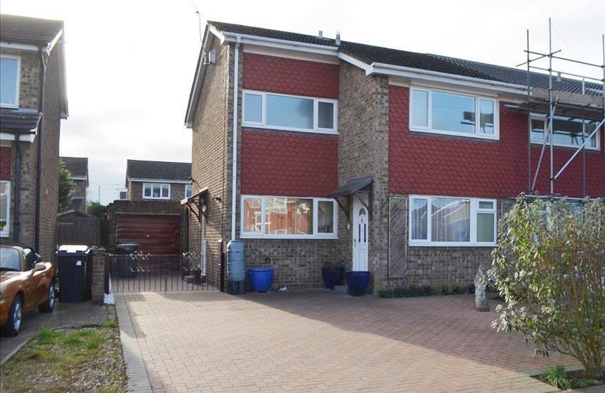 3 Bedrooms Semi Detached House for sale in Warren Close, Biggleswade, Bedfordshire, SG18