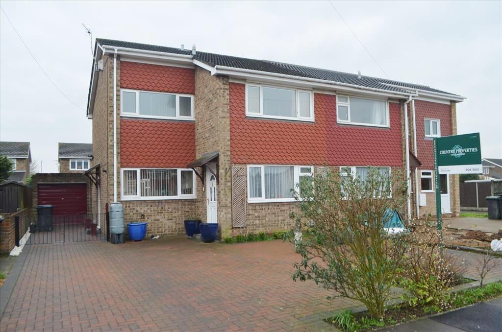 3 Bedrooms Semi Detached House for sale in Warren Close, Biggleswade, Bedfordshire, SG18
