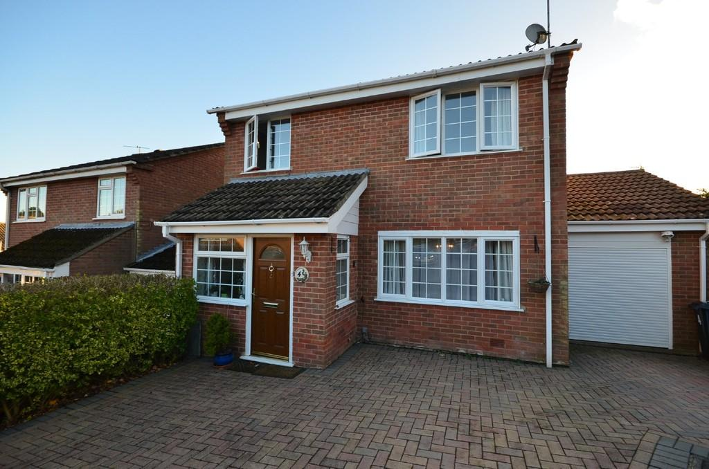 4 Bedrooms Detached House for sale in Ambleside Crescent, Farnham