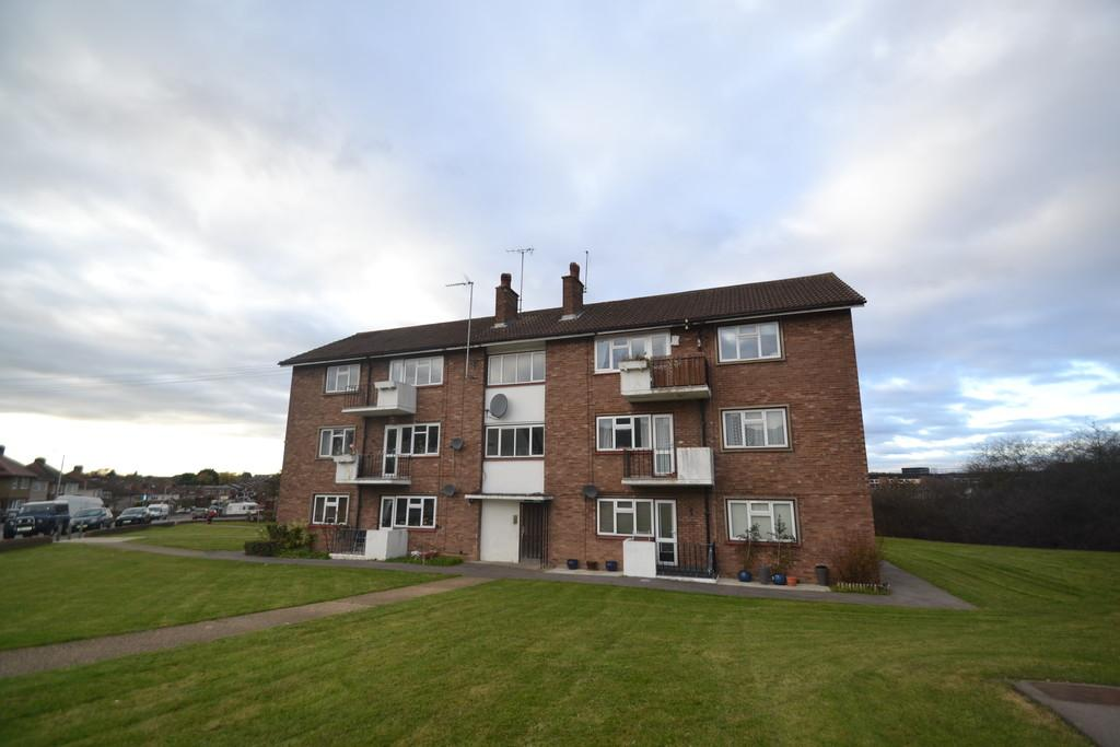 2 Bedrooms Flat for sale in Firbank Road, Collier Row