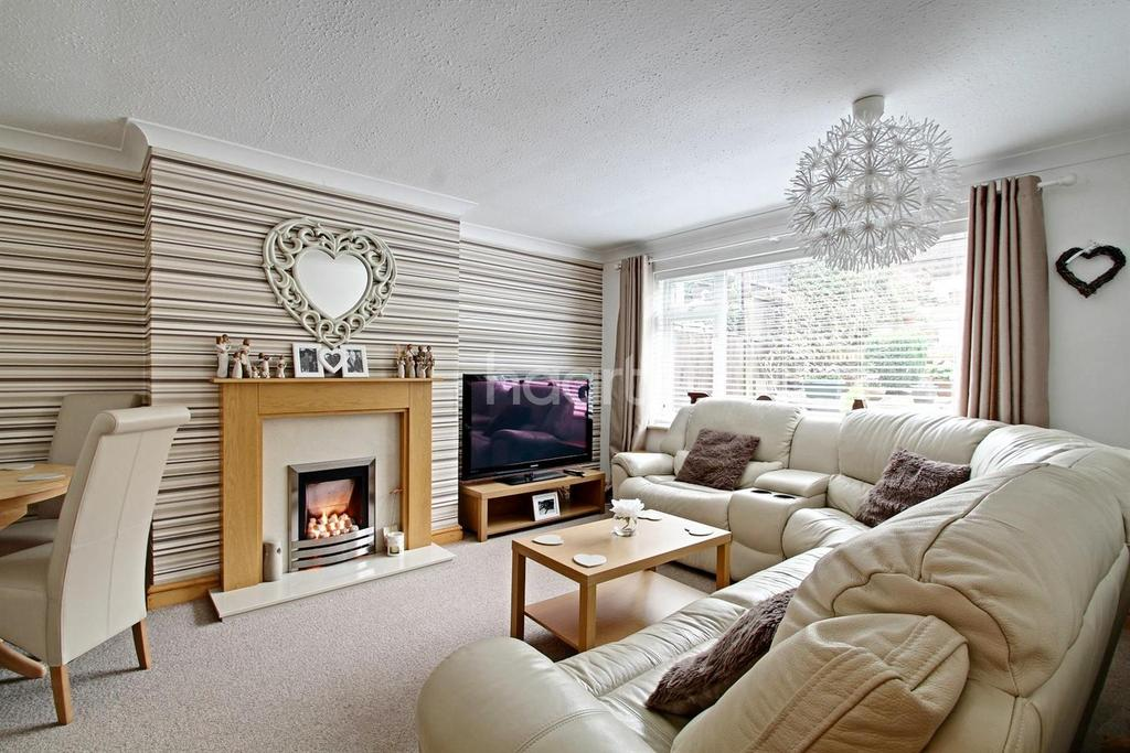 2 Bedrooms Flat for sale in Combe Close, Leicester