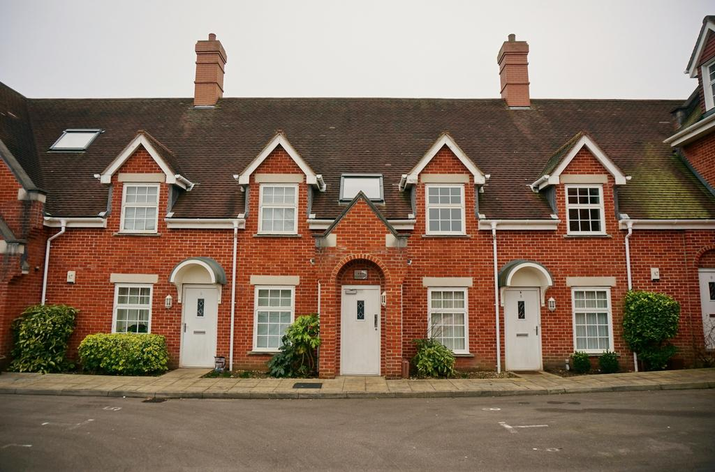 2 Bedrooms Flat for sale in OLD SCHOOL COURT, FAREHAM