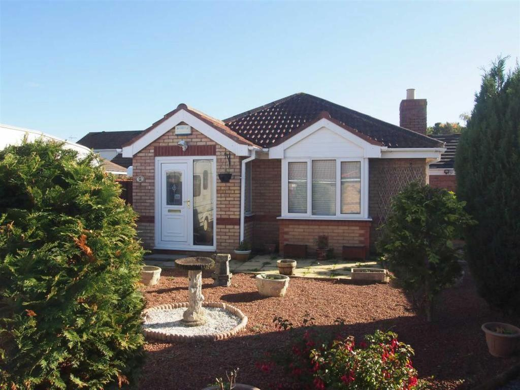 2 Bedrooms Detached Bungalow for sale in Quantock Close, Darlington