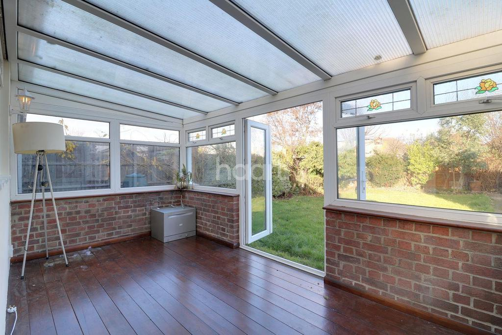 2 Bedrooms Bungalow for sale in Woodcutters Avenue, Leigh-On-Sea