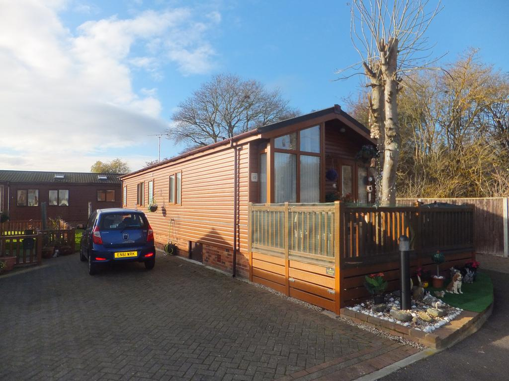 2 Bedrooms Park Home Mobile Home for sale in Chestnut Grove, Hayes Country Park, Battlesbridge SS11