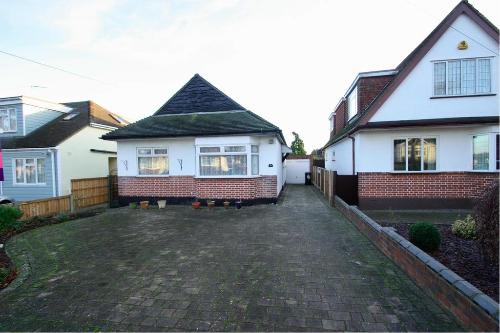 2 Bedrooms Detached Bungalow for sale in Belfairs Park Drive, Leigh-On-Sea