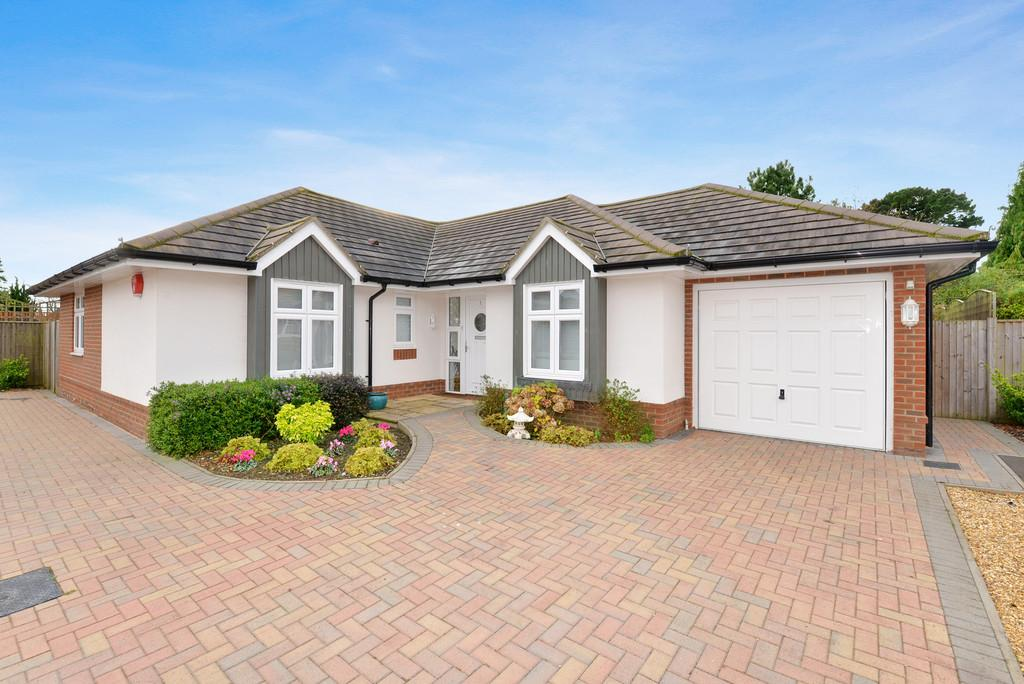 4 Bedrooms Detached Bungalow for sale in The Ferns, New Milton