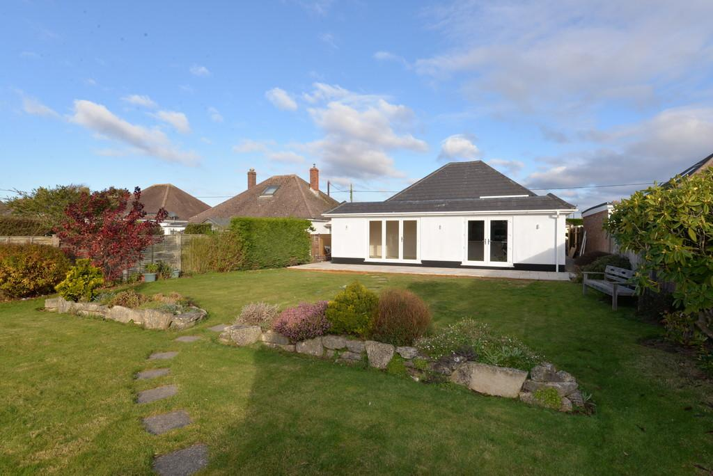 3 Bedrooms Detached Bungalow for sale in Hengistbury Road, Barton on Sea, New Milton