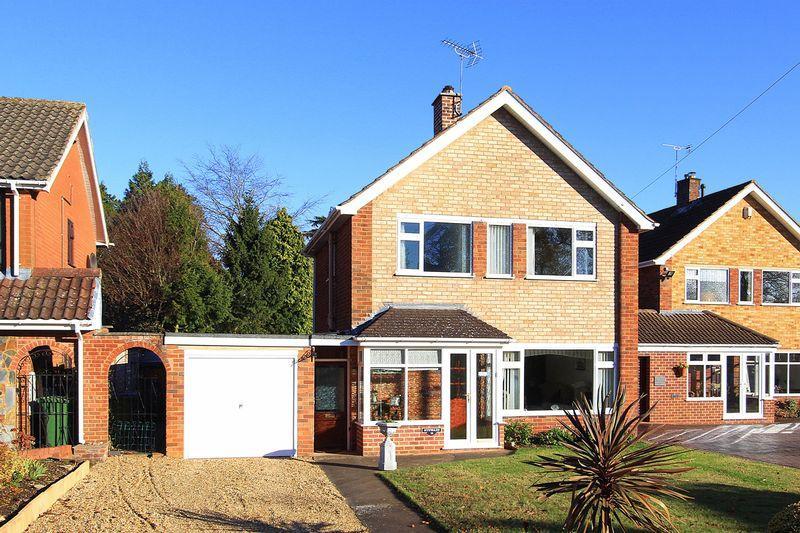3 Bedrooms Detached House for sale in WOMBOURNE, Waverley Gardens