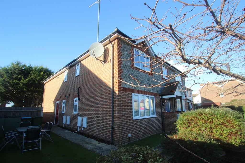 2 Bedrooms Ground Flat for sale in Roundstone Lane, Angmering