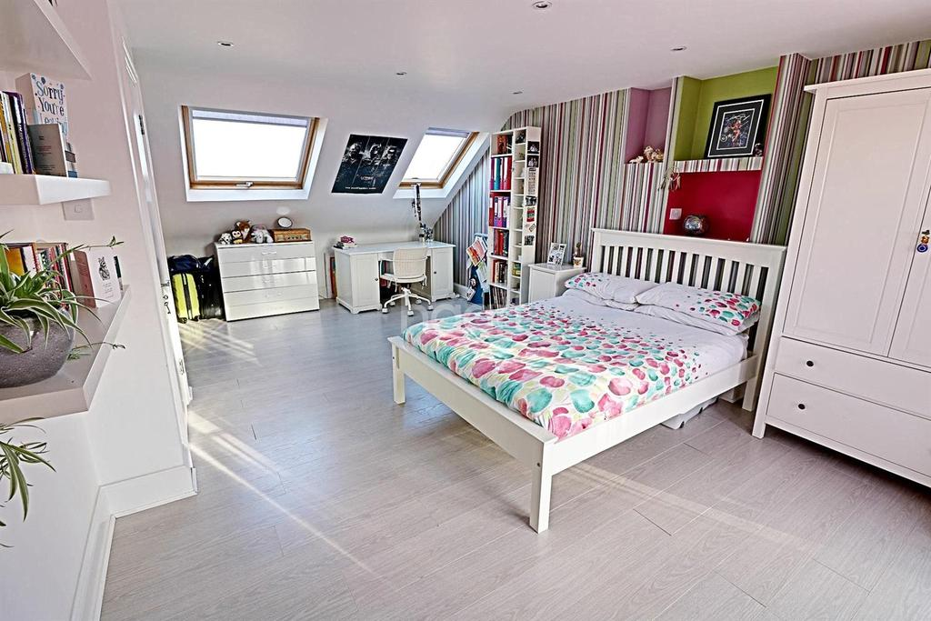 4 Bedrooms Semi Detached House for sale in Stradbroke Grove. Clayhall
