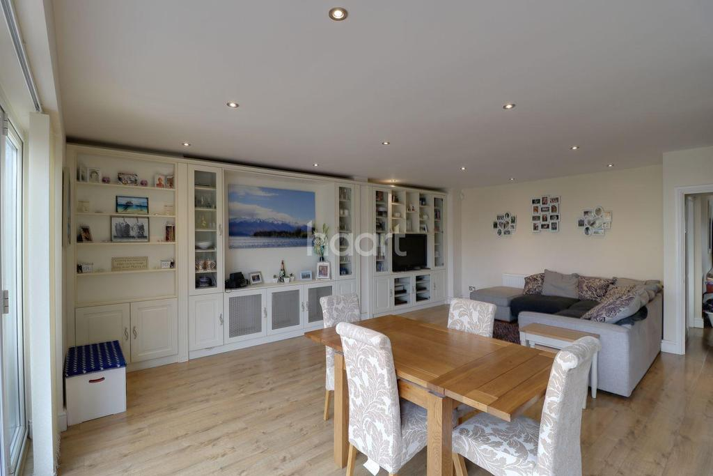 4 Bedrooms Semi Detached House for sale in Brentwood Road, Romford