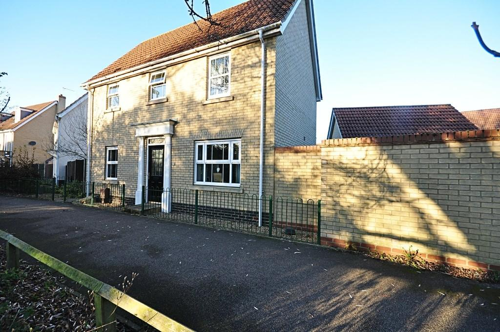 3 Bedrooms Detached House for sale in Viscount Close, Diss