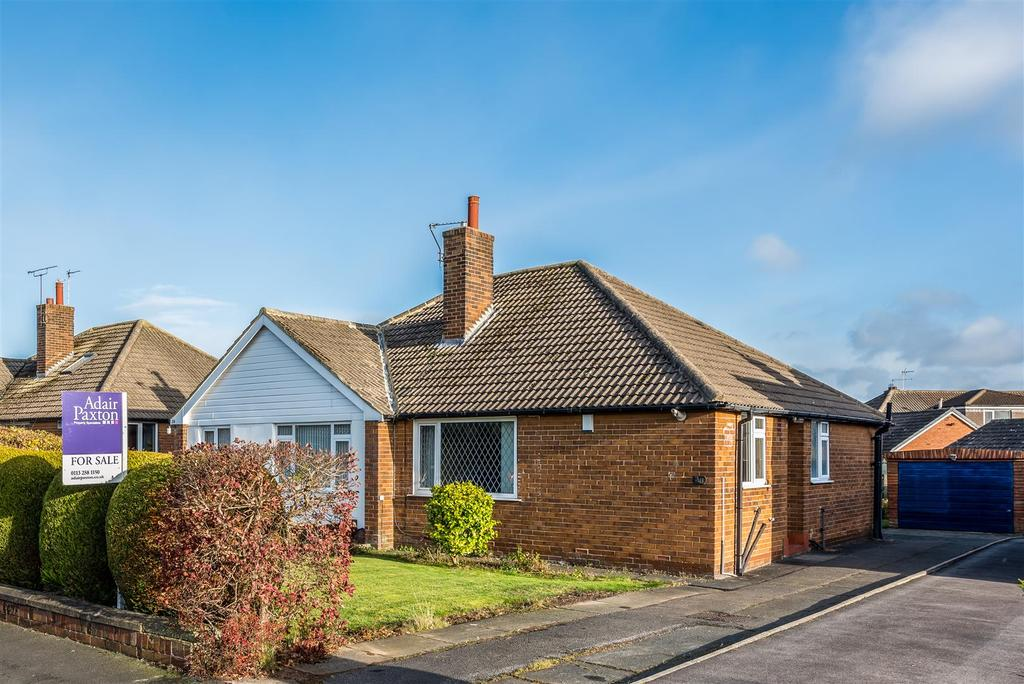 2 Bedrooms Semi Detached Bungalow for sale in Cookridge Avenue, Leeds