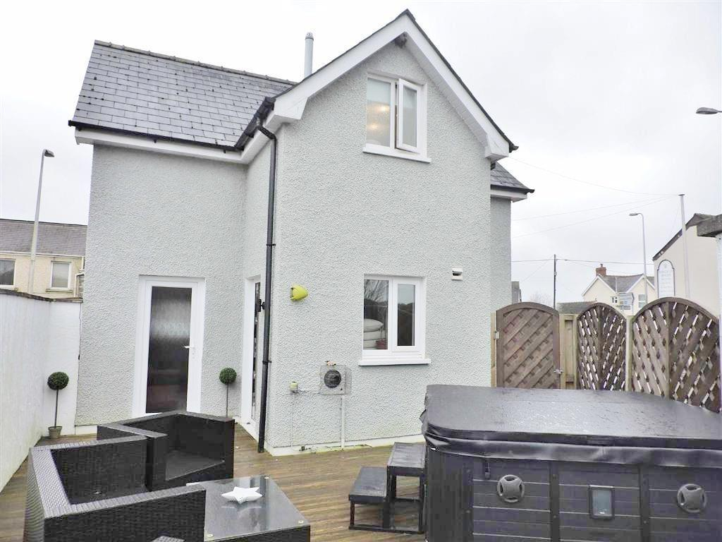 2 Bedrooms Detached House for sale in Porthyrhyd, Carmarthen