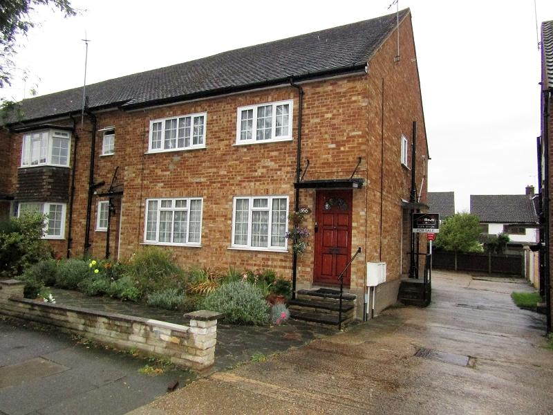 2 Bedrooms Ground Maisonette Flat for sale in Marlborough Gardens, Upminster, Essex. RM14 1SR