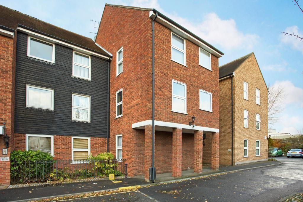 2 Bedrooms Ground Flat for sale in Haslers Court, Fryerning Lane, Ingatestone, Essex, CM4