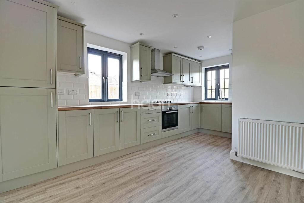3 Bedrooms Semi Detached House for sale in Manor Rise