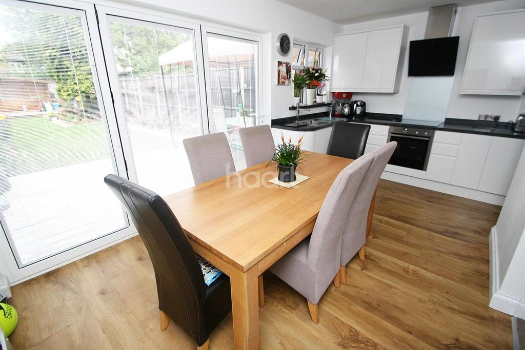 4 Bedrooms End Of Terrace House for sale in Hillfoot Avenue , Collier Row, Romford