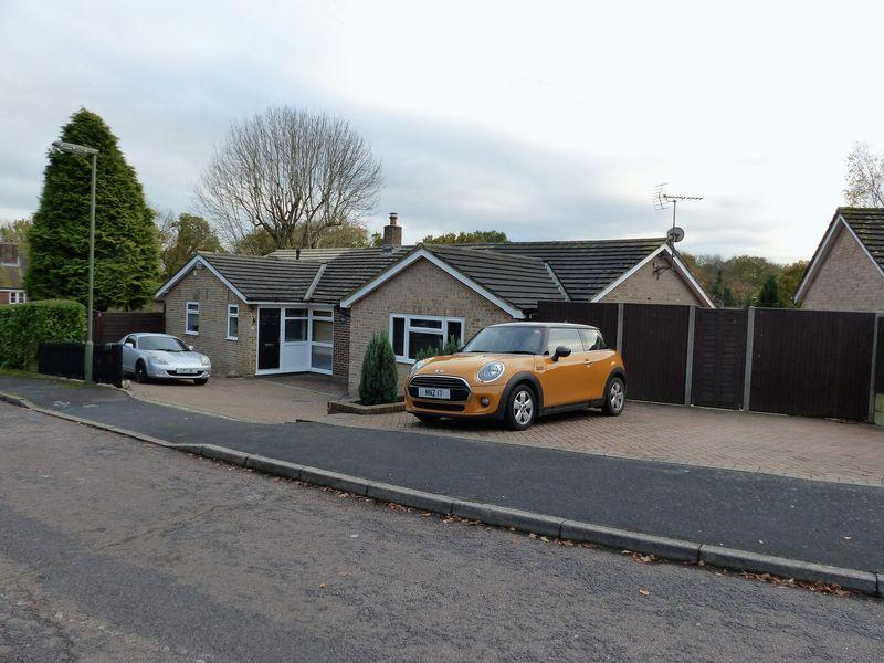 4 Bedrooms Detached Bungalow for sale in Mapledrakes Close, Cranleigh
