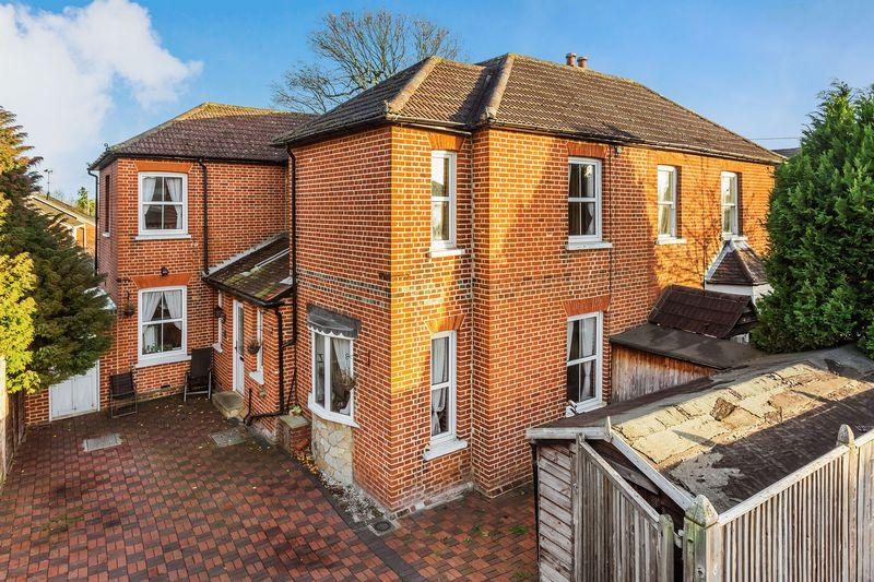 3 Bedrooms Semi Detached House for sale in Worplesdon Road, Guildford