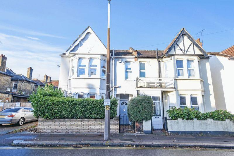 4 Bedrooms Semi Detached House for sale in Westbourne Grove, Westcliff-On-Sea
