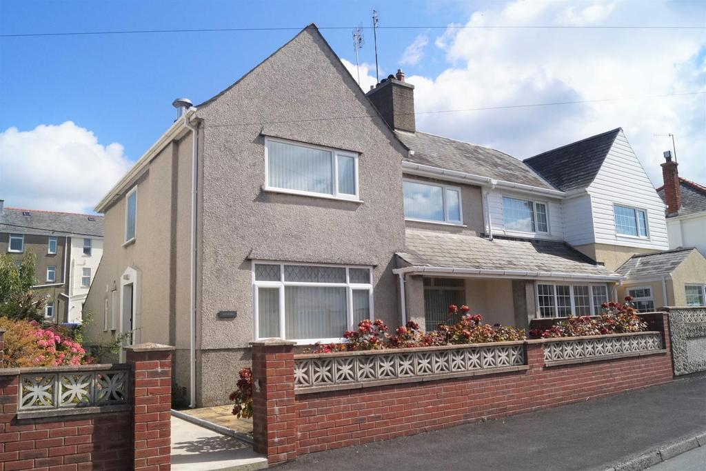 3 Bedrooms Semi Detached House for sale in Manor Avenue, Pwllheli
