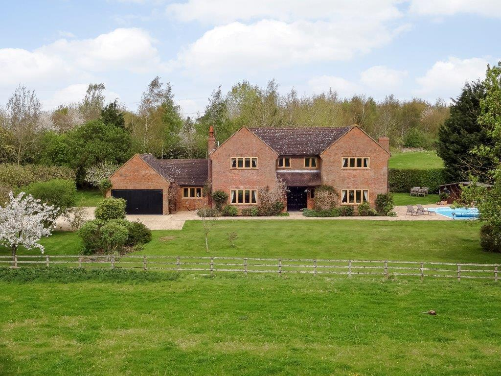 5 Bedrooms Detached House for rent in Bicester Road, Kingswood, HP18