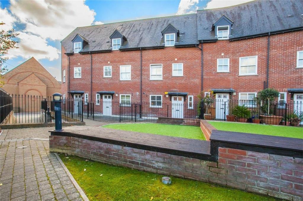 4 Bedrooms Terraced House for rent in Haslers Lane, Dunmow, Essex