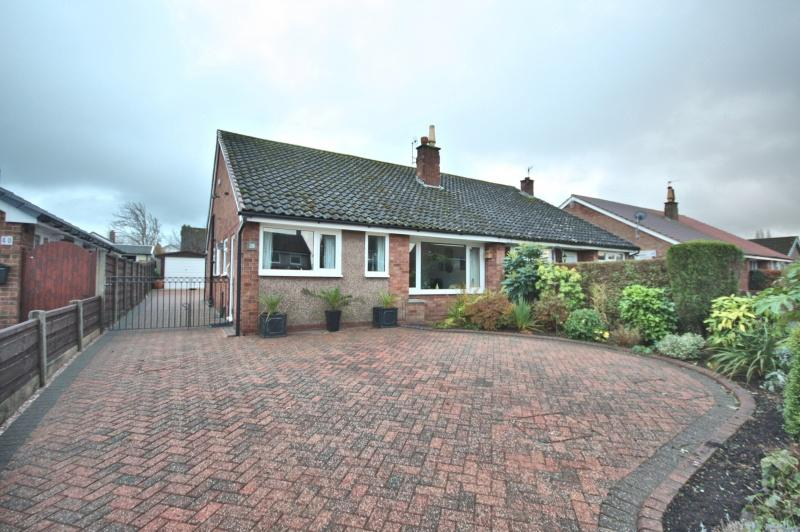 3 Bedrooms Bungalow for sale in Yew Tree Lane, Poynton, SK12