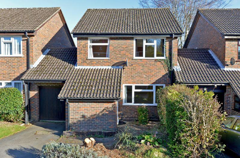 3 Bedrooms Detached House for rent in Hillside Way, Godalming