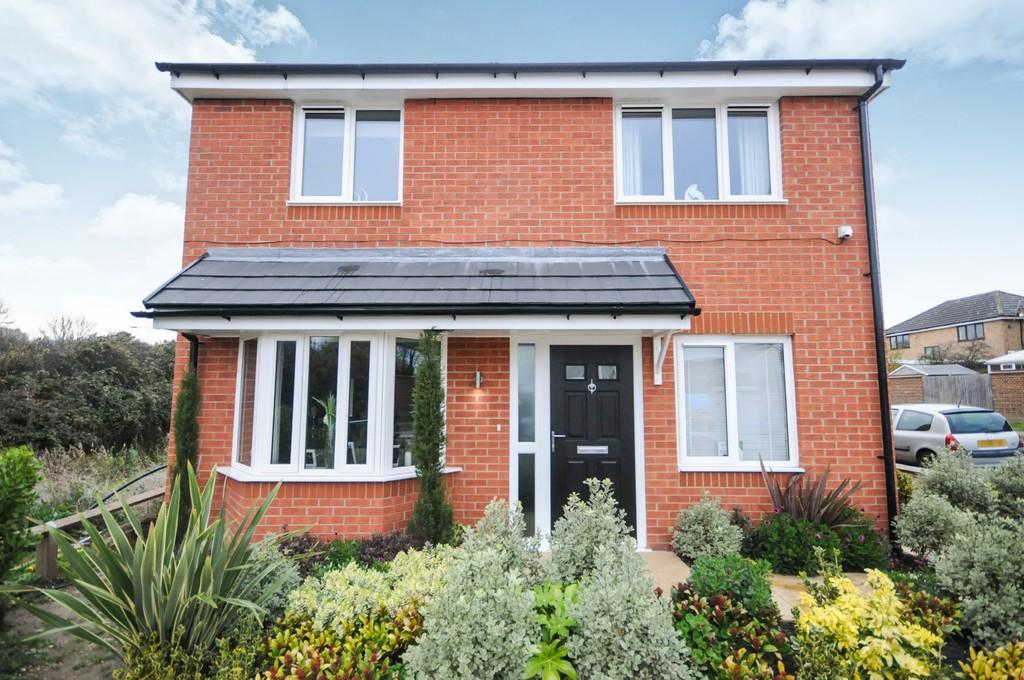 4 Bedrooms Detached House for sale in Radwinter Avenue, Wickford, SS12 9FU