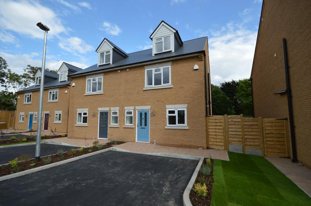 4 Bedrooms Semi Detached House for sale in Jackson Close, Hornchurch, Essex, RM11