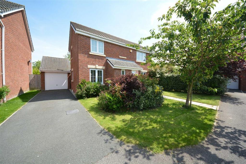 3 Bedrooms Detached House for sale in Kerscott Close, Springview, Wigan, WN3