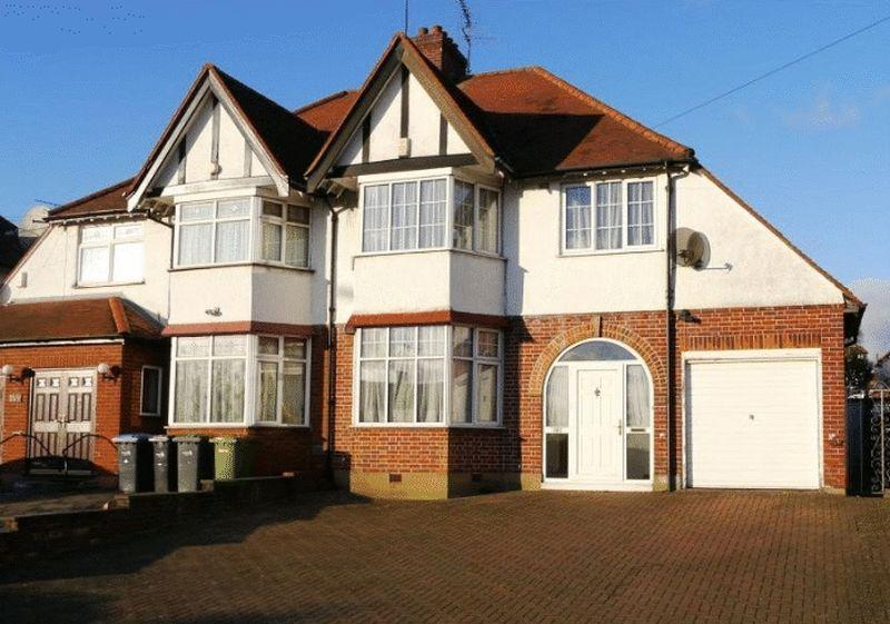 3 Bedrooms Semi Detached House for sale in Cat Hill, Barnet