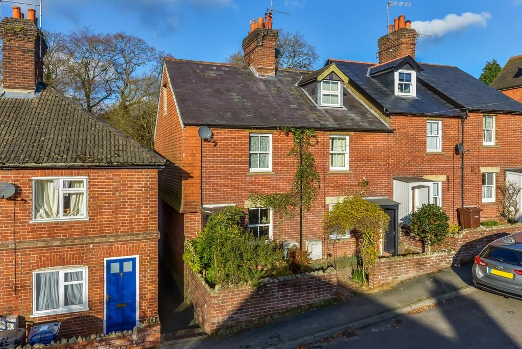 2 Bedrooms End Of Terrace House for sale in Critchmere Hill, Haslemere