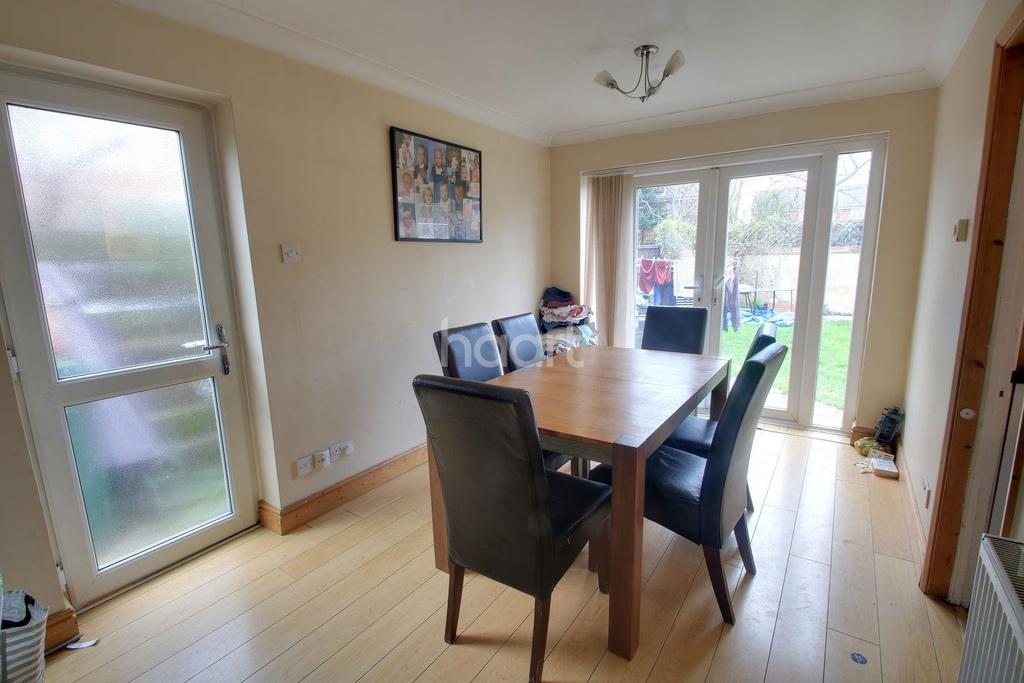 3 Bedrooms Semi Detached House for sale in Fairlop Close, Hornchurch
