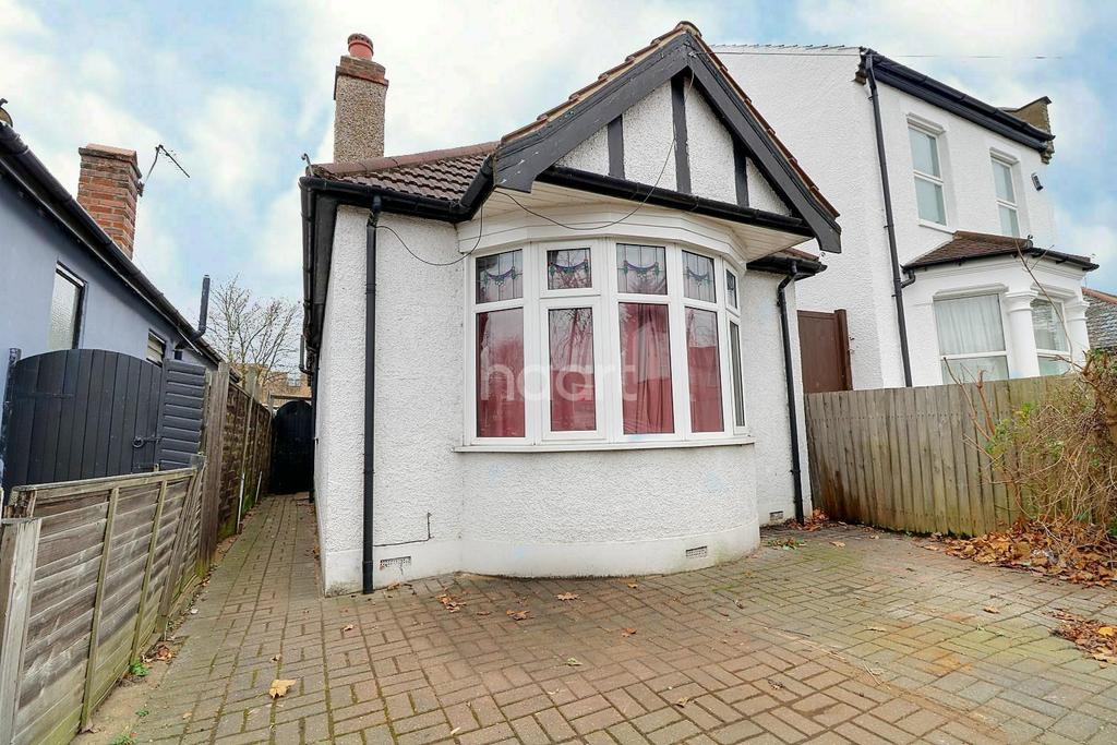 2 Bedrooms Bungalow for sale in Burnham Road, Chingford