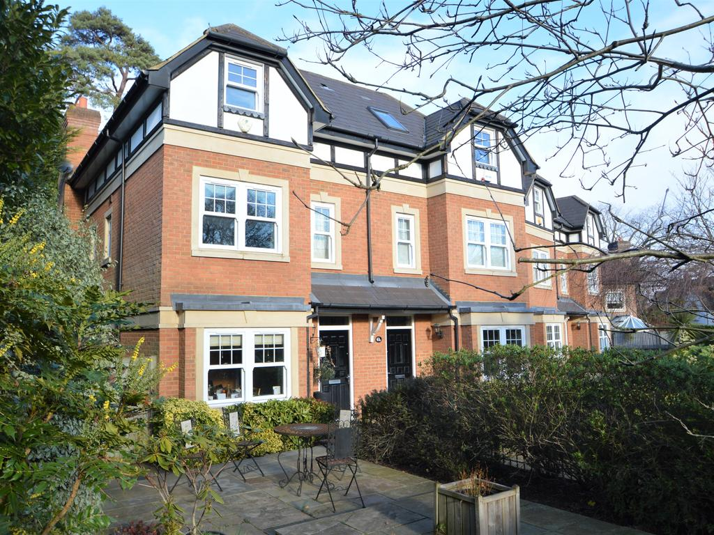 3 Bedrooms Semi Detached House for sale in Oatlands Avenue, Weybridge KT13