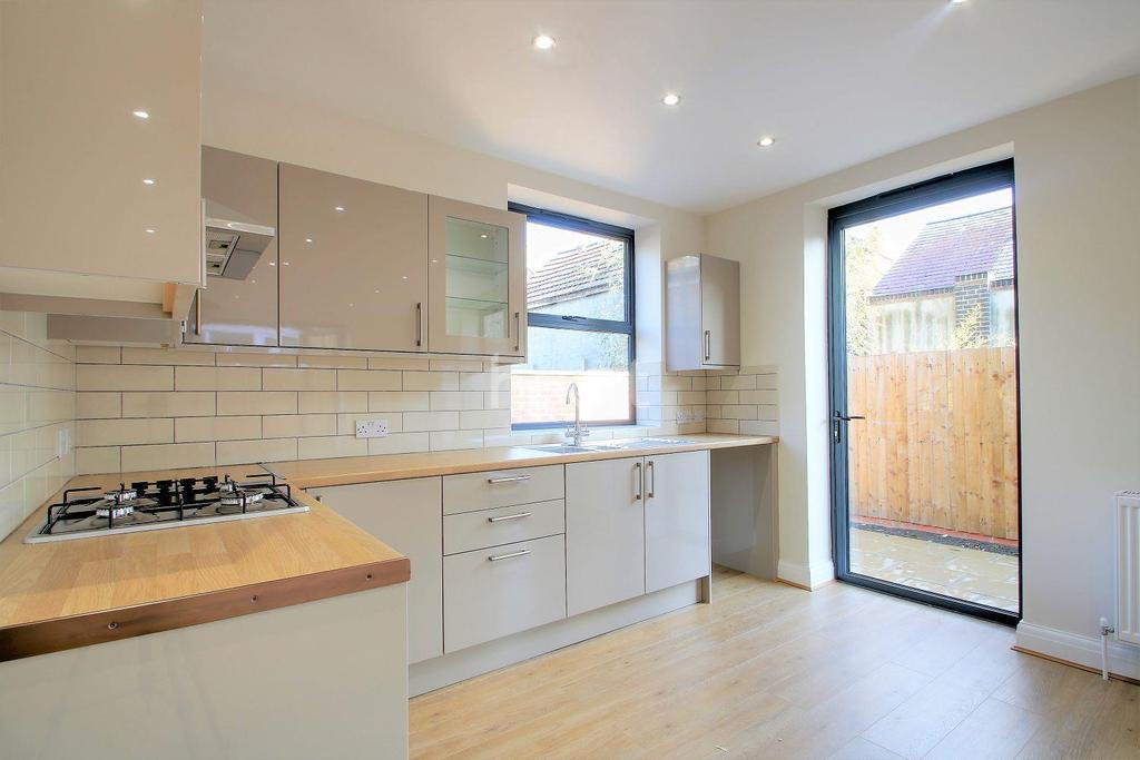 2 Bedrooms Flat for sale in High Road, Leytonstone, London, E11