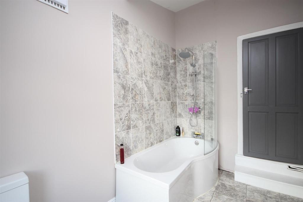 28 Ash Grove  Bathroom pt2.JPG